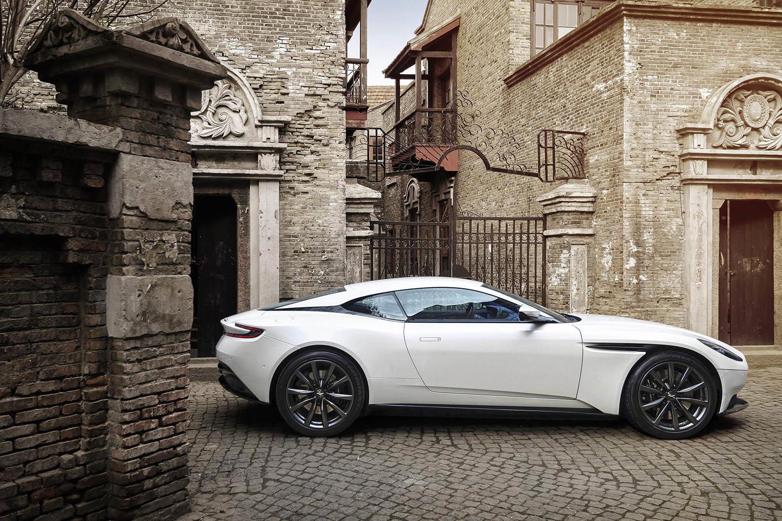 Foto de Aston Martin DB11 V8 (9/21)