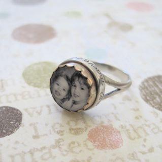 Un anillo con la foto del bebé