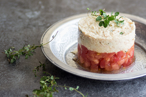 Tartar de tomate con rillette de atún. Receta sencilla de aperitivo
