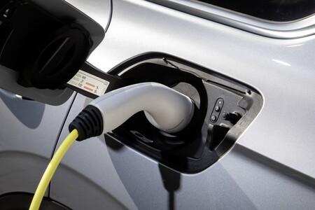 La OCU advierte: la carga rápida del coche eléctrico puede ser más cara que repostar un gasolina si se elige mal la app de pago