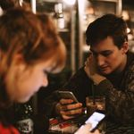 Una cadena de restaurantes regala menús si logras no mirar el móvil durante la comida