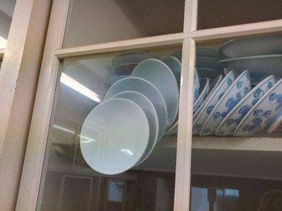 Internet está rompiéndose la cabeza para abrir esta estantería sin romper todos los platos