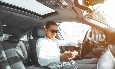 Los cambios de la DGT para 2021: usar el móvil en el coche, seis puntos