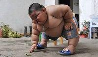 Un niño chino de 3 años pesa 60 kilos