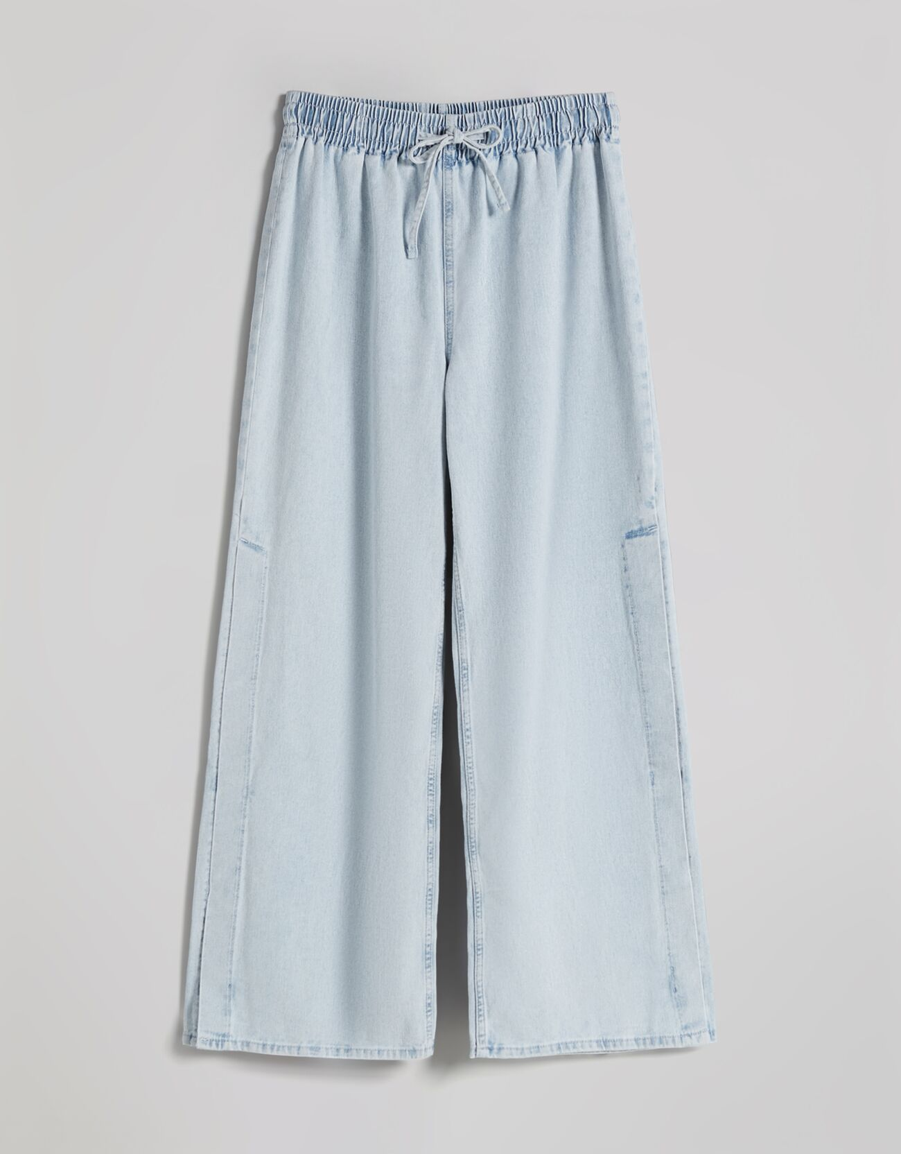 Jeans wide leg cintura elástica.