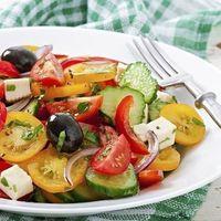Los alimentos que recomendamos evitar y los que no deben faltar en tu ensalada si buscas adelgazar
