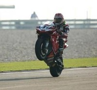 Haga se impone en la segunda carrera en Donington