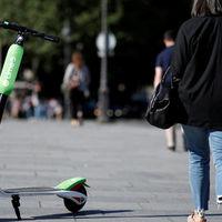 La DGT quiere poner coto a los patinetes eléctricos: nada de circular por las aceras, y 25 km/h como velocidad máxima