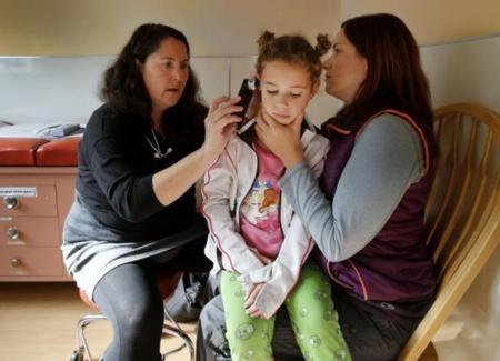 Tú graba un vídeo del interior del oído de tu hijo y el doctor te dirá que hacer desde su consulta