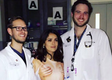 Salma Hayek sorprende a los médicos de urgencias acudiendo en short y con el torso desnudo cubierto por dos manos
