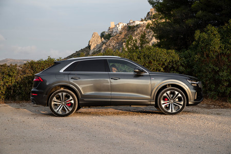 Audi Q8 lateral suspensión elevada