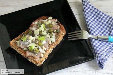 Tosta danesa de arenques o smørrebrød, receta de aperitivo al estilo nórdico