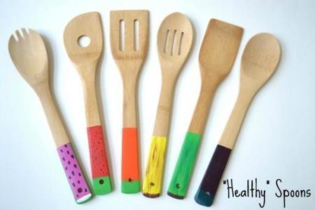 Manualidades con niños: cucharas de madera pintadas para cocinar con niños