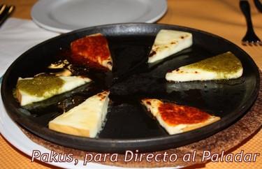 Cocina canaria: Queso al horno con mojo picón y mojo verde