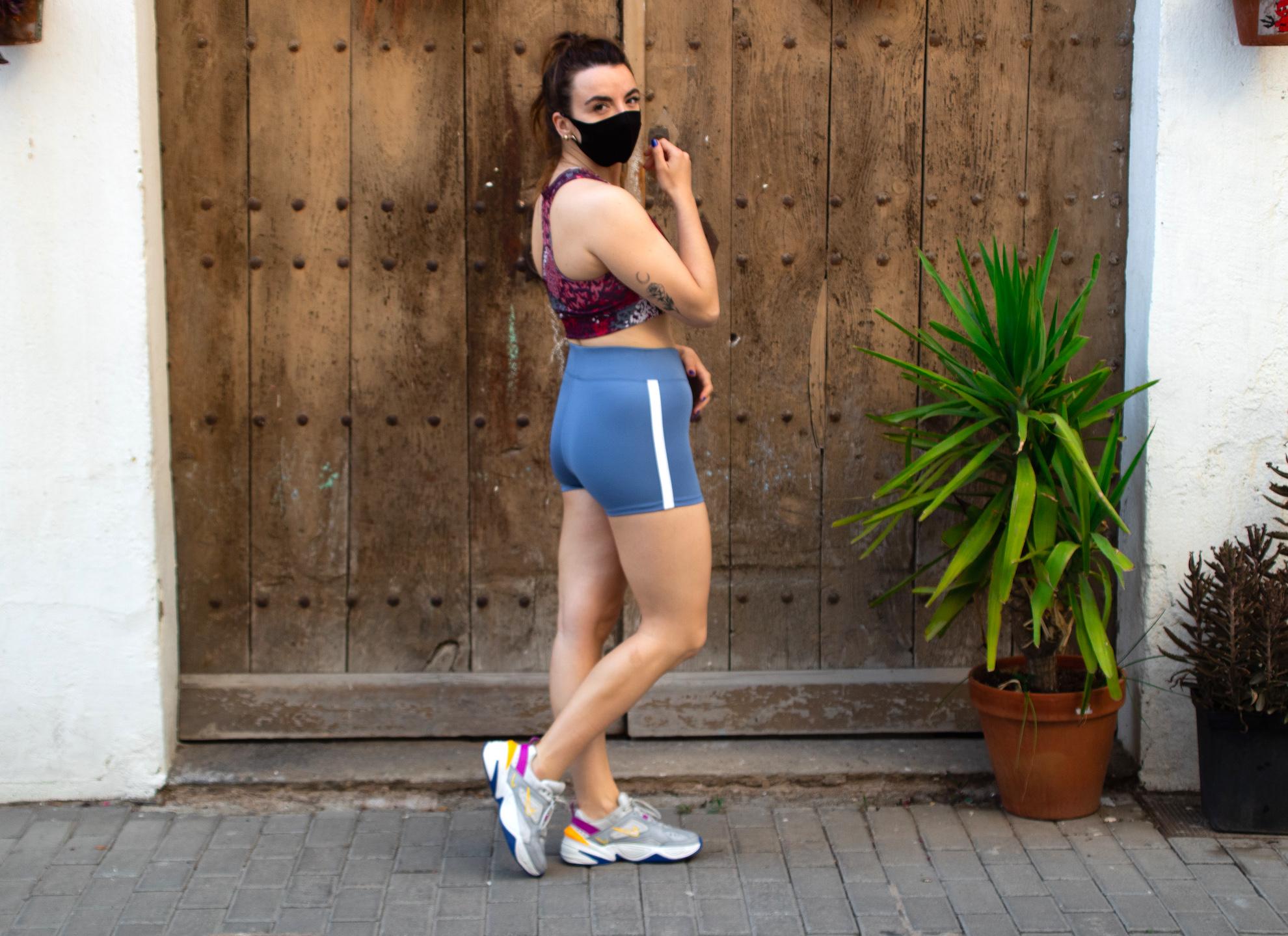 Shorts de deporte en azul grisáceo con banda lateral
