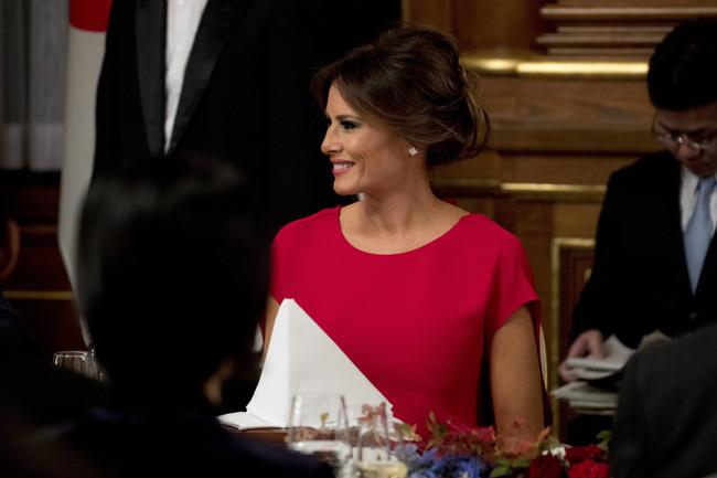 Melania Trump levanta pasiones en una cena en honor a su marido
