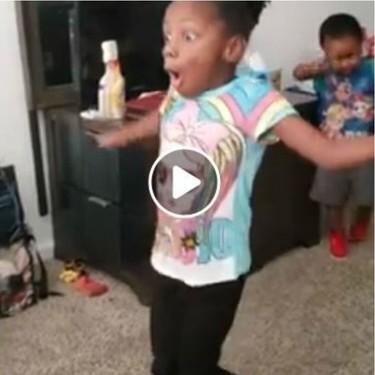 La alegría y sorpresa de una niña con parálisis cerebral al conseguir caminar sola, que emociona en redes sociales