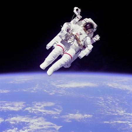 Icónica imagen de Bruce McCandless durante su famosa EVA durante la STS-41B (NASA).