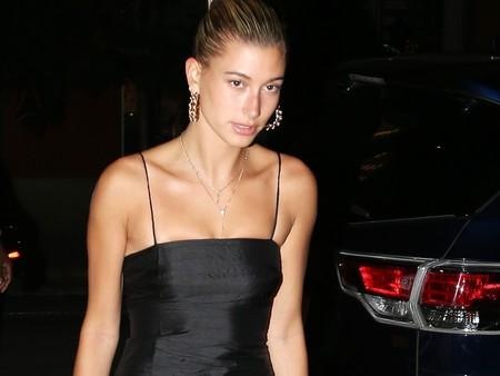Así es el minúsculo little black dress con el que Hailey Baldwin viste sus noches de verano (¡sexy a tope!)