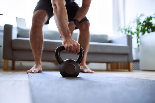 En casa entrenar descalzo o con zapatillas: ventajas y desventajas (y cómo hacerlo de forma segura)