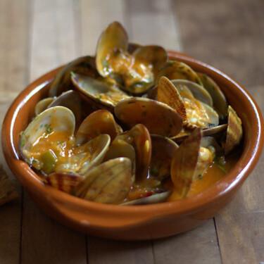 Almejas a la marinera. Receta fácil con sabor a mar para sentirse como en un picnic en la playa este verano
