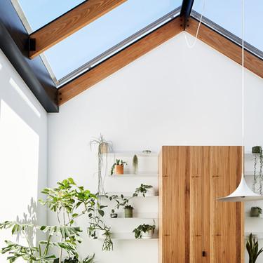 Una casa en Melbourne que se llena de luz gracias a la transformación del tejado en un invernadero