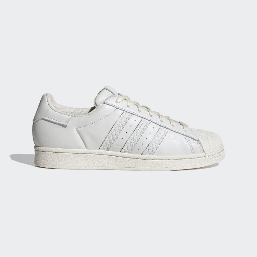 De color blanco.