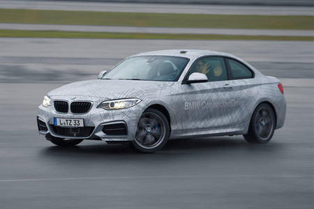 ¿No sabes driftear? BMW muestra un M235i autónomo que lo hace por ti