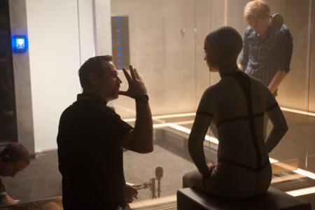 Alex Garland da instrucciones a los actores durante el rodaje de Ex Machina