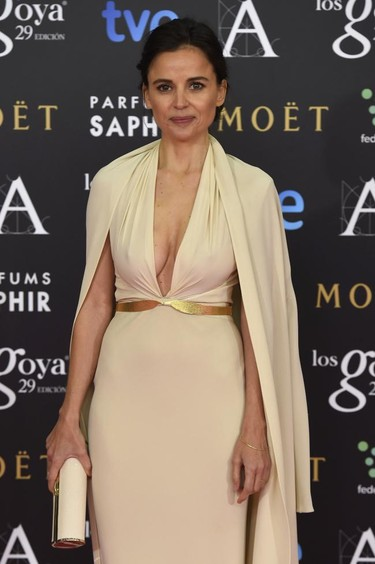 Con Elena Anaya vuelve Sybilla. Así es su vestido con capa para los Premios Goya 2015