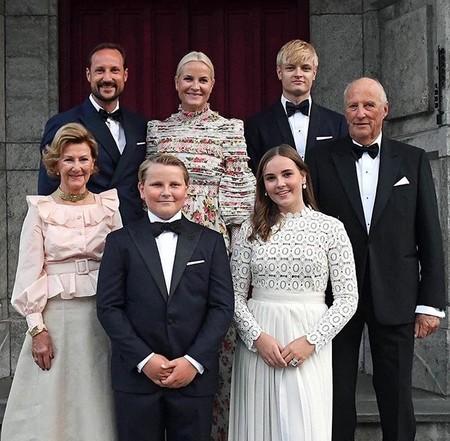 La princesa Ingrid Alexandra escoge para su graduación un vestido que ya han lucido Kate Middleton y Sofía de Suecia