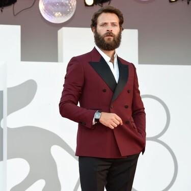 Alessandro Borghi ha llevado el más elegante (y definitivo) look de otoño en el Festival de Cine de Venecia que queremos replicar ya mismo