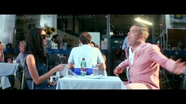 Robbie Williams le da caramelos a Kaya Scoledario en su nuevo videoclip