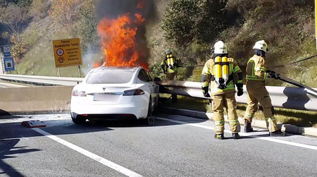 Como se apaga el fuego de un coche eléctrico incendiado