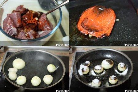 Receta de brochetas de solomillo, cebollas caramelizada y crema de pimiento asado. Pasos