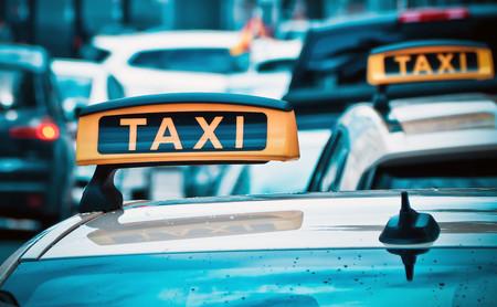 """Tregua en la """"guerra del taxi"""": desconvocados los paros y desbloqueadas las calles tras la propuesta de Fomento"""