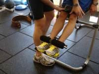 Los abdominales también se pueden entrenar con un compañero
