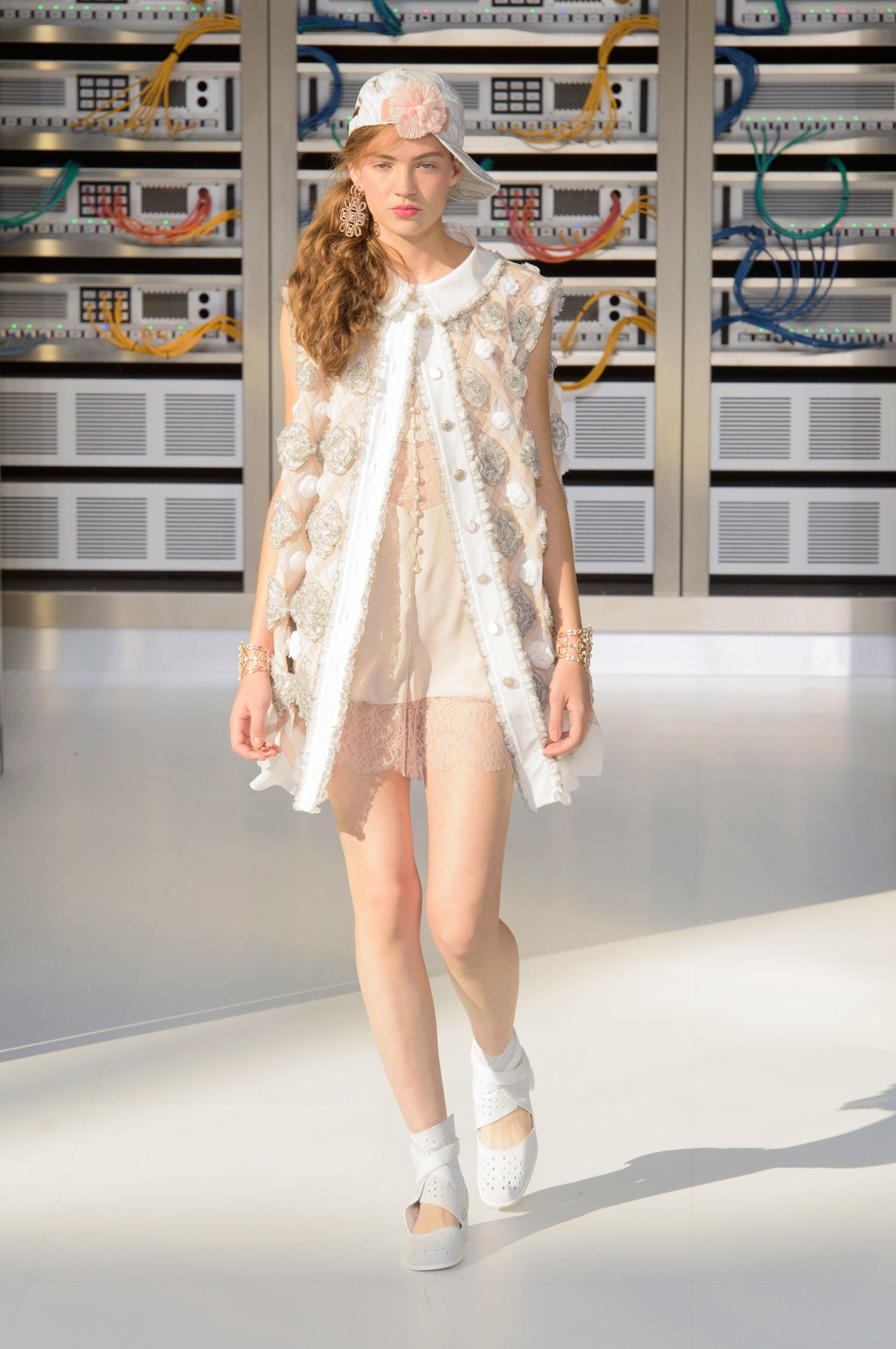 Foto de El regreso al futuro de Chanel en su colección Primavera-Verano 2017 (86/96)