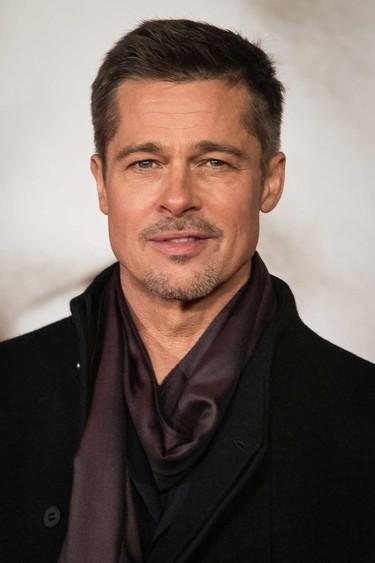 De oscuro y con fular, así es el recurrente look de Brad Pitt para presentar 'Aliados'