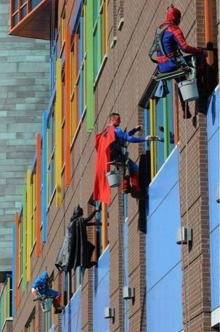 Los superhéroes que limpian los cristales en el Hospital infantil