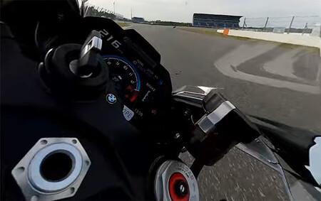 ¡Brutal! Troy Corser doma los 212 CV de la endemoniada BMW M 1000 RR y la pone al límite en circuito