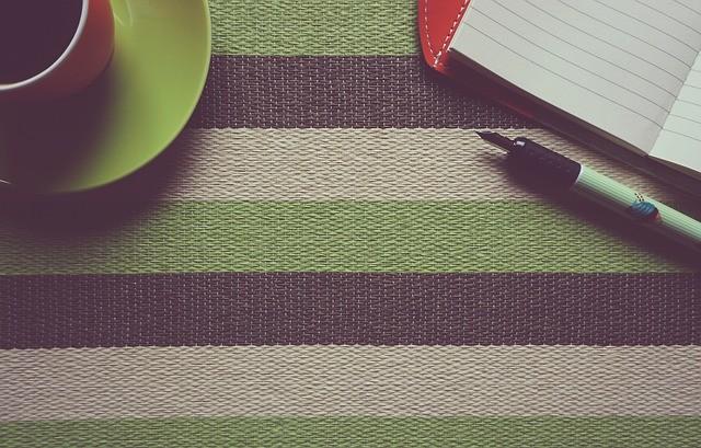 Café, pluma y libreta en color verde.