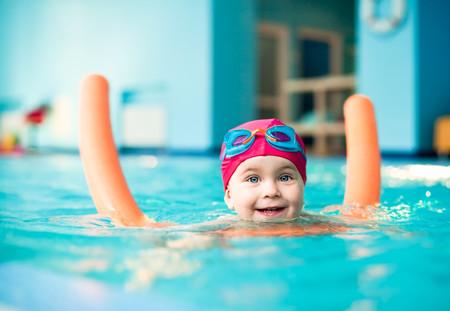Niño-nadando-con-churro-de-agua