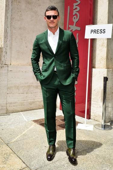 ¡Alegría! ¡Ya podemos copiar el traje verde de Luke Evans en la Semana de la Moda de Milán sin dejarnos un ojo de la cara!