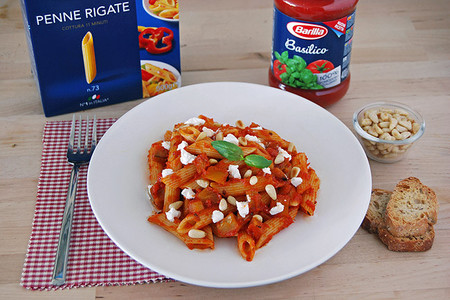 Penne con salsa Pomodoro Basilico Barilla, berenjena y ricotta salada. Receta