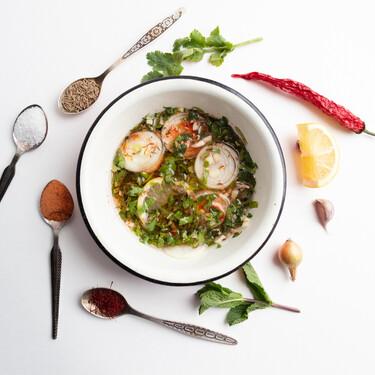 Cómo hacer (y usar) salsa chermoula, la sabrosa y versátil mezcla de hierbas y especias marroquí que cambiará tus platos