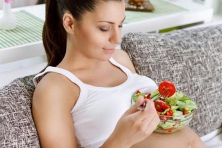 Las embarazadas almacenan más energía y no necesitan comer por dos