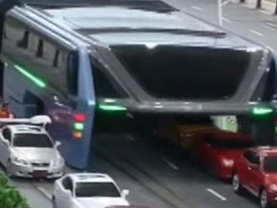 El autobús chino que se salta los atascos ¿podría ser viable?