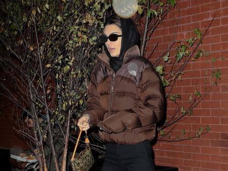 El abrigo de plumas deportivo que posiblemente Kendall Jenner vuelva a poner de moda durante el frío invierno
