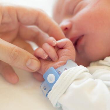 ¿Puedo tocar al bebé? La pregunta que siempre debes hacer antes de acercarte a un recién nacido